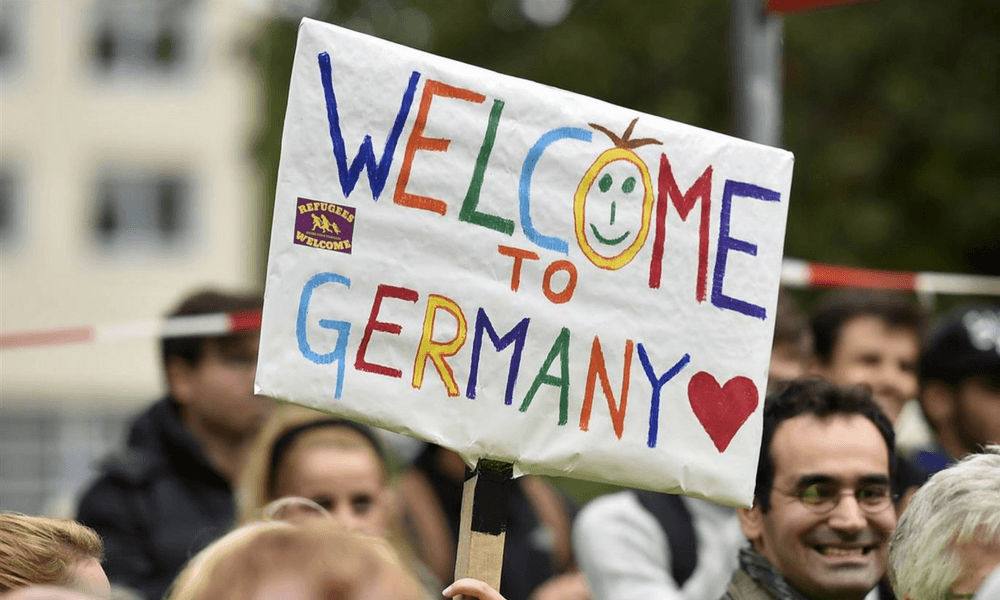 German people welcoming refugees ❤️: Martin Meissner / AP
